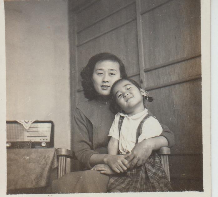 王曉藍幼時和母親聶華苓。