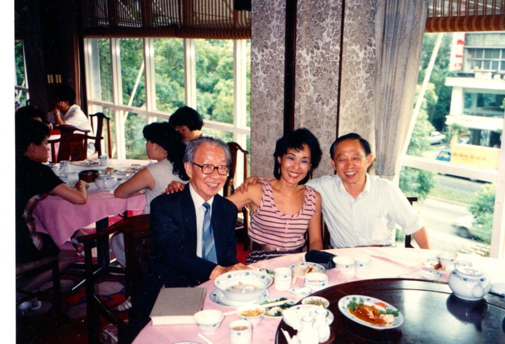 1988年,王曉藍與傅正(右)、夏道平(左)合影。
