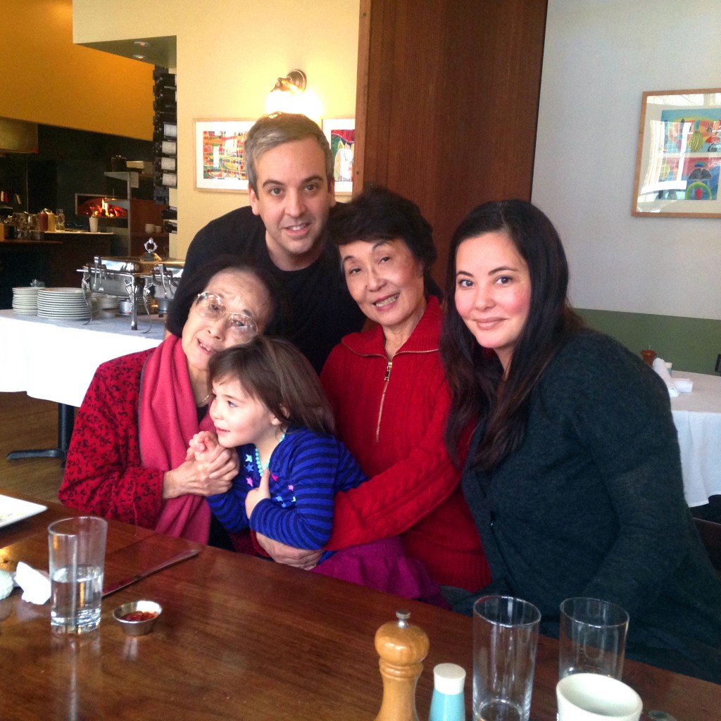 2015年圣诞节,王晓蓝的四代同堂家庭照。前排左起:母亲聂华苓、孙女Lottie,女儿Anthea,站者为女婿Joseph.